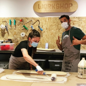 Glue-up sessing during a Build Your Board Maker Workshop! 🛹⠀ ⠀ During our two half day sessions, build your own board from A-Z 🛠️ ⠀ From glue-up to finishing touches!⠀ ⠀ Always a fun time 😁 🤙 ⠀ #dreamitmakeitrideit #roarockitskateboardeurope #workshop #atelier #boardbuilding #bordeaux #diyskateboard #ateliershape #skate #stageskate